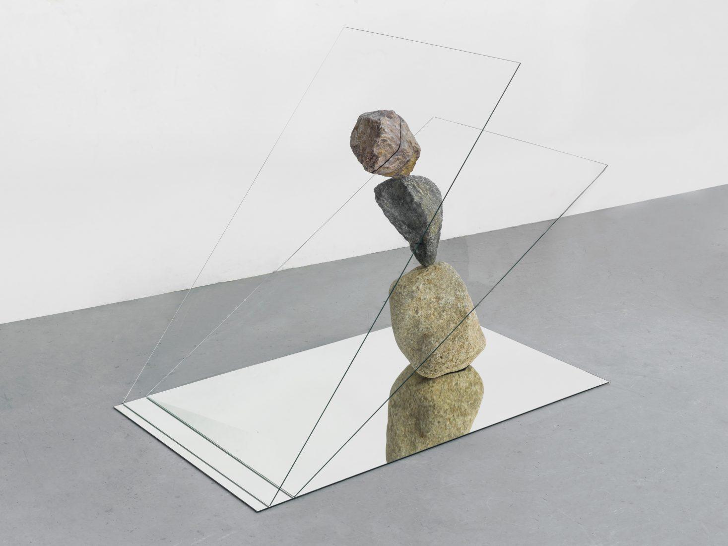 Alicja Kwade. Hemmungsloser Widerstand, 2018,found stones, glass, mirror,101 x 73 x 127 cm. Courtesy: König Galerie, Berlin