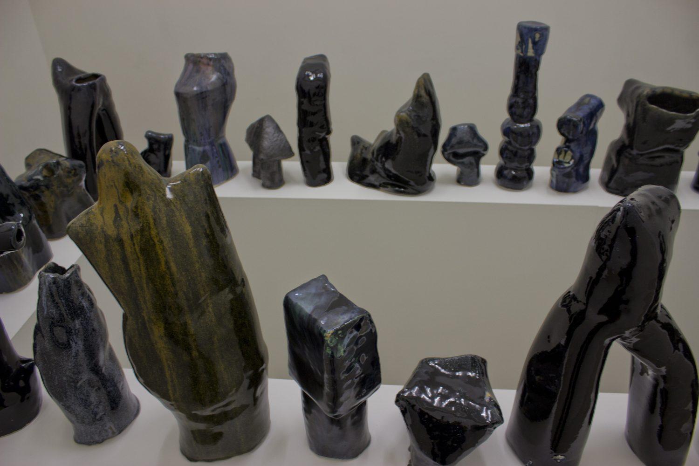 Руди Нинов. Неща, падащи по-бързо от наковалня, 2019, керамика, вариращи размери (36 обекта)