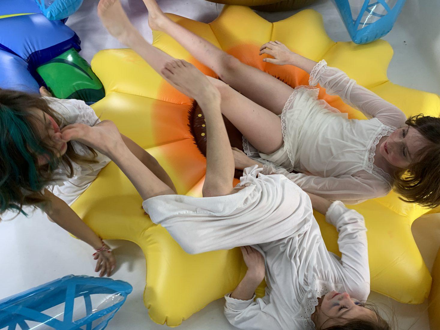 Даниела Костова. Принцеска Красота, 2020, видео, надуваеми обекти, колекция на Лео Келбс