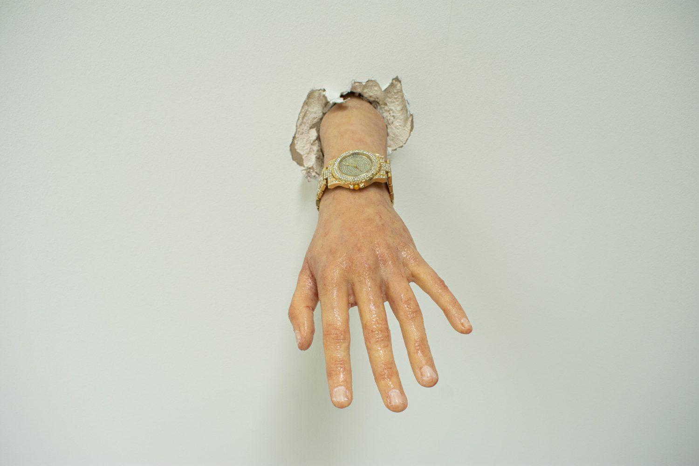 Дион Зекири. За човека, който се смее над нас, 2021, силиконова ръка в реален размер, часовник